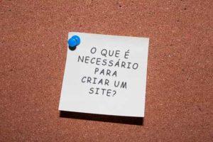 """Post-it escrito """"O que é necessário para criar um site?"""""""