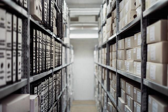Estoque cheio de caixas, porém muito bem organizadas em prateleiras. Analogia com hospedagem de sites.